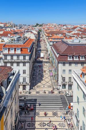 Permanent: Lissabon, Portugal. 31 augustus 2014: Luchtfoto van de Augusta Street en de Binnenstad, bekend als Baixa. De meest kosmopolitische straat van de stad is permanent vol met Lisboans en toeristen Redactioneel