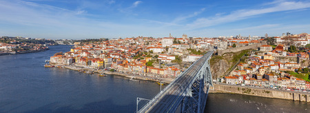 dom: View of the iconic Dom Luis I bridge crossing the Douro River, and the historical Ribeira and Se District in the city of Porto, Portugal.