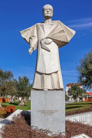 dictatorial: Porto, Portogallo. 29 dic 2014: Statua della ex Porto Vescovo, Dom Antonio Ferreira Gomes. Un antifascista resistente discussione il regime dittatoriale portoghese e ha dovuto vivere in esilio Editoriali