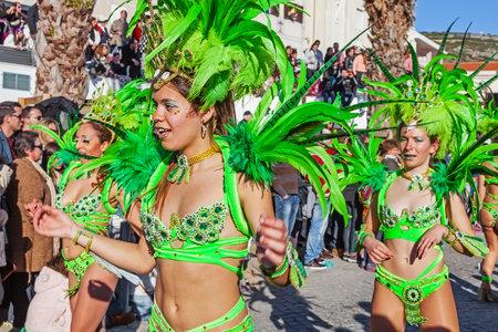 Sesimbra, 포르투갈. 2015 년 2 월 17 일 : 브라질의 삼바 댄서들은 리오 데 자네이 스타일의 카니발 퍼레이드에서 Passistas라고 불렀습니다. Passista는이 이벤