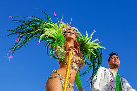 Sesimbra, Portogallo. 17 Febbraio 2015: Liliana Antunes e Daniel Gregorio, le stelle dal Secret Story Reality Show, l'esecuzione in cima ad un galleggiante in stile brasiliano di Rio de Janeiro Carnaval Parade Archivio Fotografico - 37082306