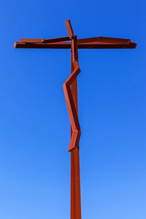 Heiligtum von Fatima, Portugal. Close-up auf dem neuen High Cross in der Nähe der Basilika Minor des Heiligsten Dreifaltigkeit. Fatima ist eines der wichtigsten Wallfahrtsorte für Katholiken Standard-Bild - 38933065