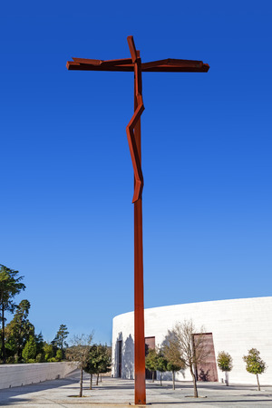 senhora: Sanctuary of Fatima, Portugal. The new High Cross near the Minor Basilica of Most Holy Trinity. Fatima is one of the most important pilgrimage locations for the Catholics in the world