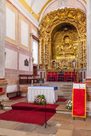 tallado en madera: Obidos, Portugal - agosto de 2015: Iglesia de San Pedro altar barroco que muestra la decoración de talla dorada. Obidos es una ciudad medieval en el interior de las paredes, y muy popular entre los turistas.
