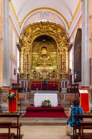 talla en madera: Obidos, Portugal - agosto de 2015: Iglesia de San Pedro altar barroco que muestra la decoración de talla dorada. Obidos es una ciudad medieval en el interior de las paredes, y muy popular entre los turistas.