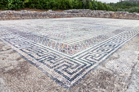 romana: Esvásticas que adornan un pavimento de mosaico tesela romano en la Casa de la esvástica. Conimbriga en Portugal, es una de las ciudades romanas mejor conservadas en el oeste del imperio.