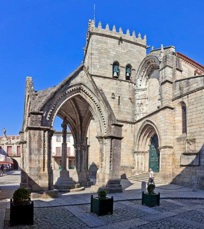 guimaraes: Guimaraes, Portugal - October, 2015: Salado Monument Padrao do Salado and Nossa Senhora da Oliveira Church in Oliveira Square. Guimaraes, Portugal.