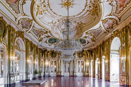 Queluz, Portugal - Septembre 2015: Salle du Trône Sala do Trono dans le Palais de Queluz, Portugal. Autrefois utilisé comme résidence d'été par la famille royale portugaise. Banque d'images - 55554325