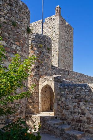 aljibe: La entrada de la cisterna o depósito de agua y una torre de vigilancia del castillo de Marvao, Distrito de Portalegre, el Alto Alentejo, Portugal. Foto de archivo