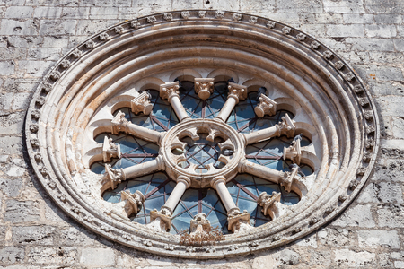 mendicant: The Gothic Wheel Window also called as Rose Window or Catherine Window in the Santa Clara Church. 13th century Mendicant Gothic Architecture. Santarem, Portugal. Stock Photo
