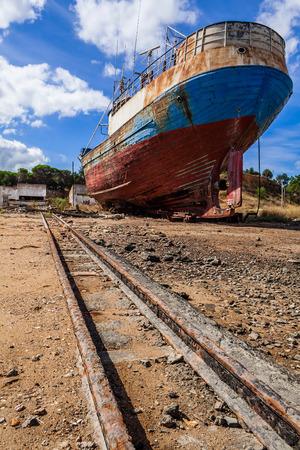 oxidado: barco pesquero abandonado en un astillero Seixal. Portugal