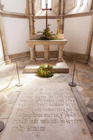 descubridor: Santarem, Portugal. 11 de septiembre de, 2015: Pedro Alvares Cabral tumba, el descubridor del navegador de Brasil, en la iglesia de Santo Agostinho da Graca. 14 y mendicantes del siglo 15 y gótico flamígero. Editorial
