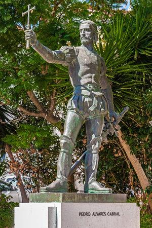 descubridor: Santarem, Portugal. 11 de septiembre de, 2015: estatua de Pedro Alvares Cabral, colocado delante de la Iglesia Graca, donde está enterrado el navegante, explorador y descubridor del mar del Brasil.