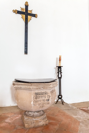 Santarem, Portugal. 12 de septiembre de, 2015: Fuente bautismal gótica con los escritos en la iglesia de Santa Clara. Mendicant la arquitectura gótica del siglo 13. Santarem es llamada la Capital del gótico en Portugal.