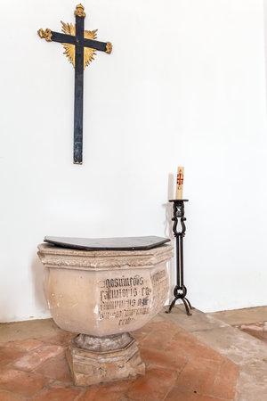 pila bautismal: Santarem, Portugal. 12 de septiembre de, 2015: Fuente bautismal gótica con los escritos en la iglesia de Santa Clara. Mendicant la arquitectura gótica del siglo 13. Santarem es llamada la Capital del gótico en Portugal.