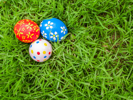 egg hunt: Hand painted Easter eggs hidden on the grass ready for the easter egg hunt traditional play game. Top view.
