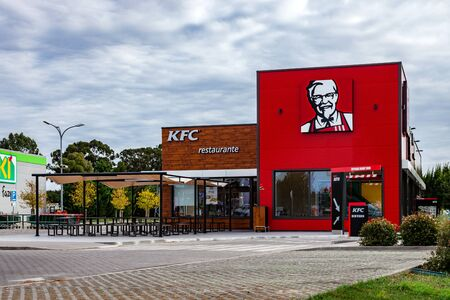 Coina, Portugal - October 23, 2019: KFC fast food restaurant with outdoor seating and Drive Thru. Kentuky Fried Chicken junk food in Barreiro Planet Retail Park Editoriali