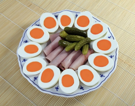 Breakfast platte with eggs, ham and pickles