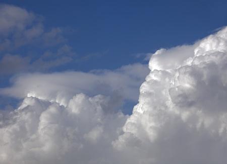 Blauer Himmel mit weißen Wolken Standard-Bild - 10717224