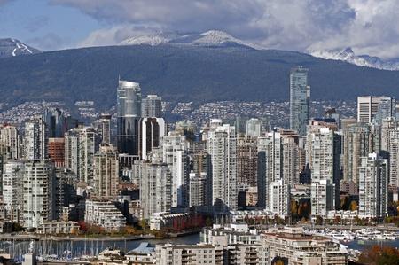 Bâtiments modernes de Vancouver et les montagnes Banque d'images - 11250070