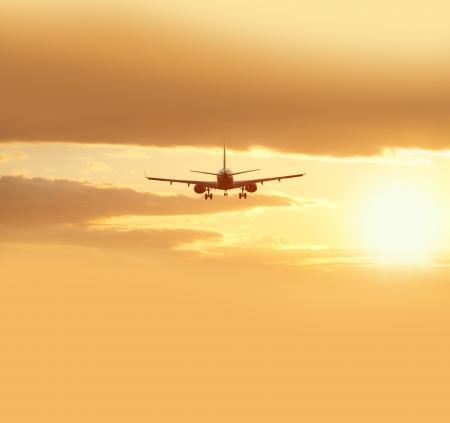 Deux avions à réaction avant l'atterrissage Banque d'images - 15750783