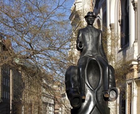 Prague-Franz Kafka sculpture de Synagogue espagnole dans la rue Dusni Banque d'images - 15828795