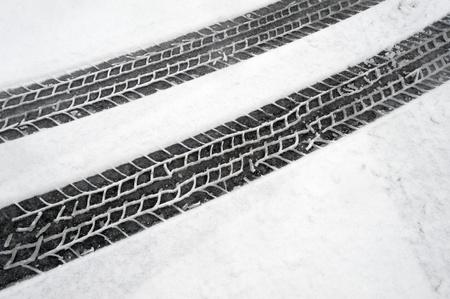 Traces de pneus d'hiver dans la neige Banque d'images - 17530301