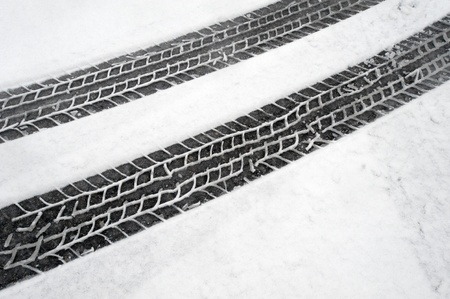 Winter bandensporen in de sneeuw Stockfoto