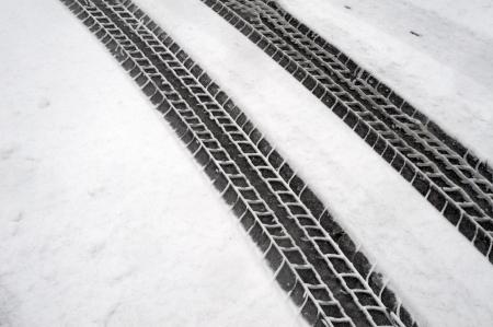 Traces de pneus d'hiver dans la neige Banque d'images - 17548356