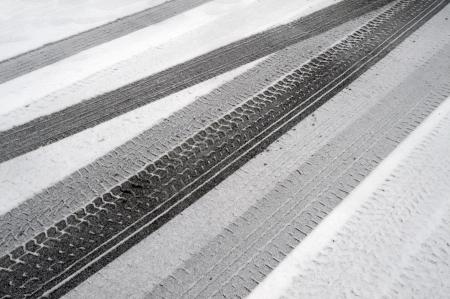 Traces de pneus d'hiver dans la neige Banque d'images - 17548392