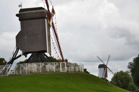 Molino de viento en una colina cubierta de hierba en Brujas, Bélgica Foto de archivo