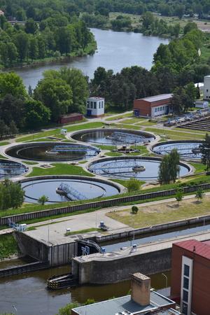 aguas residuales: Vista aérea de la planta de tratamiento de aguas residuales en Praga, República Checa