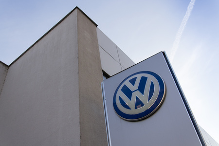 schandaal: PRAGUE, CZECH REPUBLIC - SEPTEMBER 5: Volkswagen carmaker logo on a building of dealership on September 24, 2015 in Prague, Czech republic. Great emission scandal raises around number of Volkswagen Group cars with the EA189, 2.0 litre TDI engine.