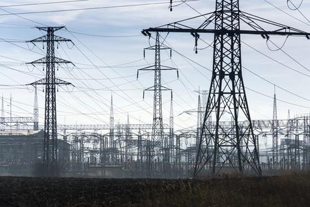 torres el�ctricas: Las torres de electricidad con la central el�ctrica de distribuci�n azul cielo nublado