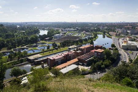aguas residuales: Vista aérea de los tanques de almacenamiento en la planta de tratamiento de aguas residuales Foto de archivo