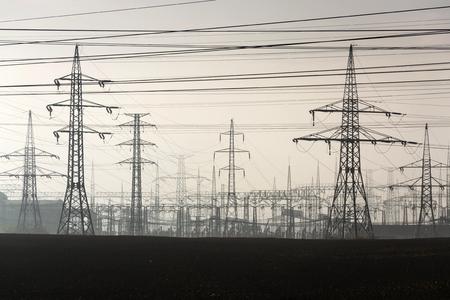 torres de alta tension: Las torres de electricidad que va desde la estación de distribución de energía