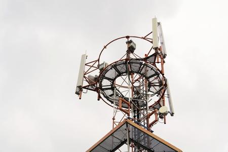 日没時にタワーの送信機と通信アンテナ