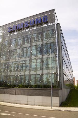 logo samsung: PRAGUE, CH Séc - 22 Tháng Năm: Logo của công ty Samsung về trụ sở tòa nhà vào ngày 17 tháng 5 năm 2017 tại Prague, Cộng hòa Séc. Samsung vẫn là nhà sản xuất điện thoại di động lớn nhất nhưng thị phần của hãng đã giảm xuống còn 20,7%.