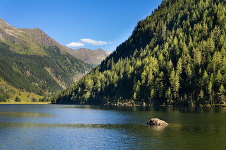 alpen: Alpine mountain lake Riesachsee mit Riesachsfalle near Schladming in Austria Stock Photo