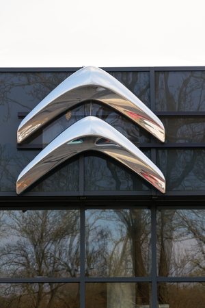 PRAGUE, CZECH REPUBLIC - NOVEMBER 5: Citroen car company company logo in front of dealership building on November 5, 2017 in Prague. Citroen prepares EV push with 80 per cent electrified range by 2023. Redactioneel