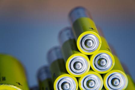 Stapel gelbe AA-Batterien schließen herauf abstrakten Farbhintergrund Standard-Bild