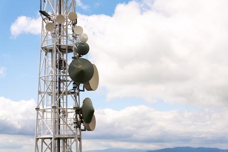 送信機と通信アンテナ タワーと曇りの青い空