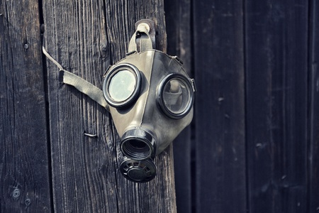 Old gas mask on wooden background, terrorism pollution apocalypse concept 版權商用圖片 - 103290638