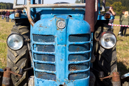Detail of old vintage veteran tractor Zetor from former Czechoslovakia stands on field, sunny autumn day Banque d'images