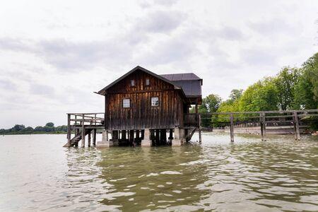 Holzhaus am Pier am Ammersee in Inning am Ammersee, Deutschland Standard-Bild