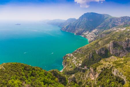 Belle vue sur la mer et la côte sur la ville de Positano depuis le chemin des dieux, la côte d'Amalfi, la région de Campagnia, l'Italie Banque d'images - 75816018