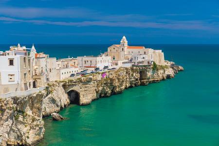아름 다운 올드 타운의 Vieste, 놀라운 바다 색상, Gargano 반도, Apulia 지역, 남쪽의 이탈리아 스톡 콘텐츠