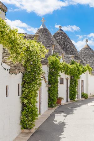アルベロベッロのトゥルッリと美しい町の家、主なツーリスティック地区、南イタリア、プーリア地域 写真素材