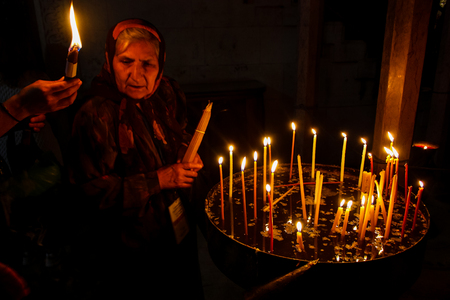 Jerusalem Israel May 16, 2018 Unknowns pilgrims praying and lighting candles in the Church of the Holy Sepulchre at the old city of Jerusalem in the evening Standard-Bild - 103272341
