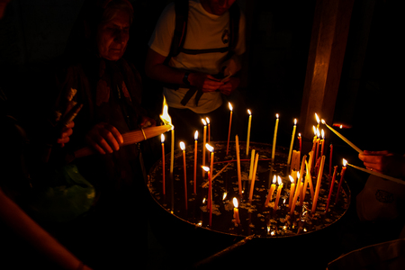 Jerusalem Israel May 16, 2018 Unknowns pilgrims praying and lighting candles in the Church of the Holy Sepulchre at the old city of Jerusalem in the evening Standard-Bild - 103272342